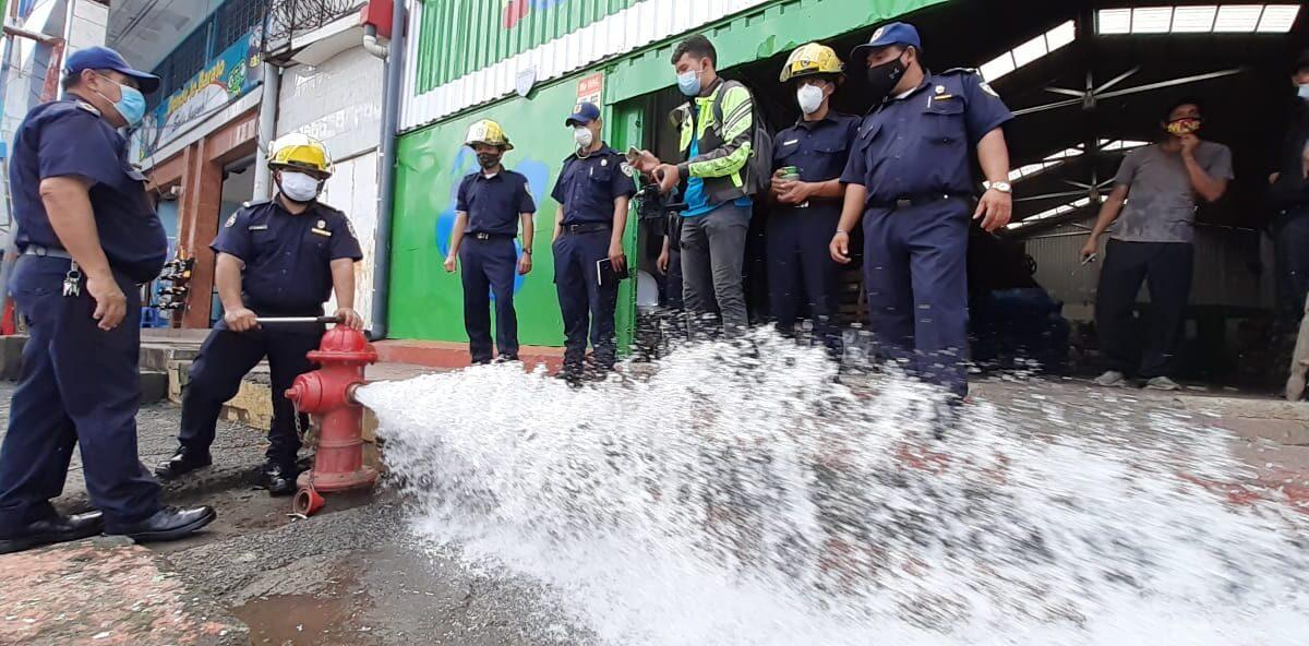 Bomberos verifican condiciones de los hidrantes ubicados en mercados
