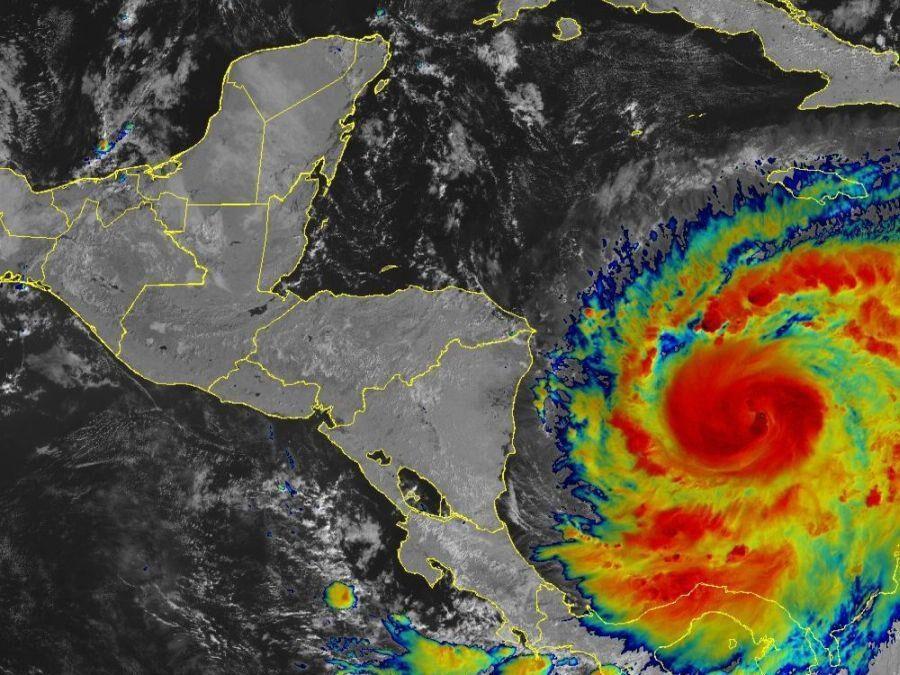 Huracán Iota de categoría 1 continúa su fortalecimiento en el Mar Caribe
