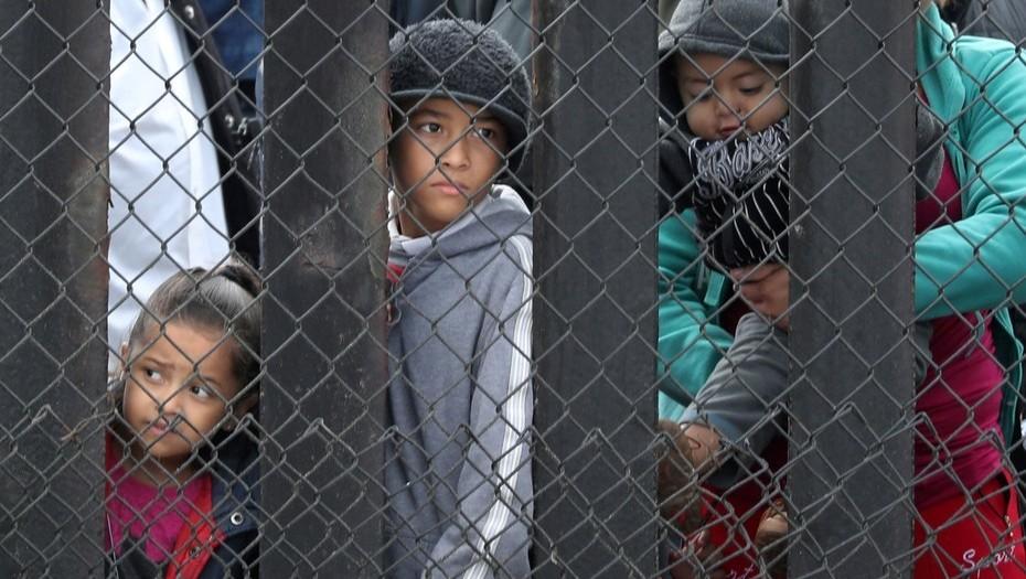 Juez federal rechaza expulsión de niños migrantes en EE.UU.