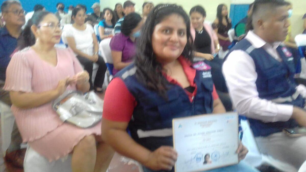 Madre de dos niños se gradúa como maestra de obra en Managua