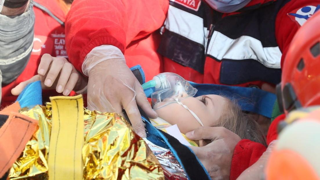 Rescatan sana y salva a una niña de entre los escombros 91 horas después del terremoto en Turquía