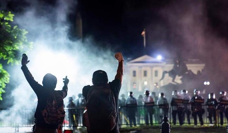 Protestas y una ligera ventaja para Biden