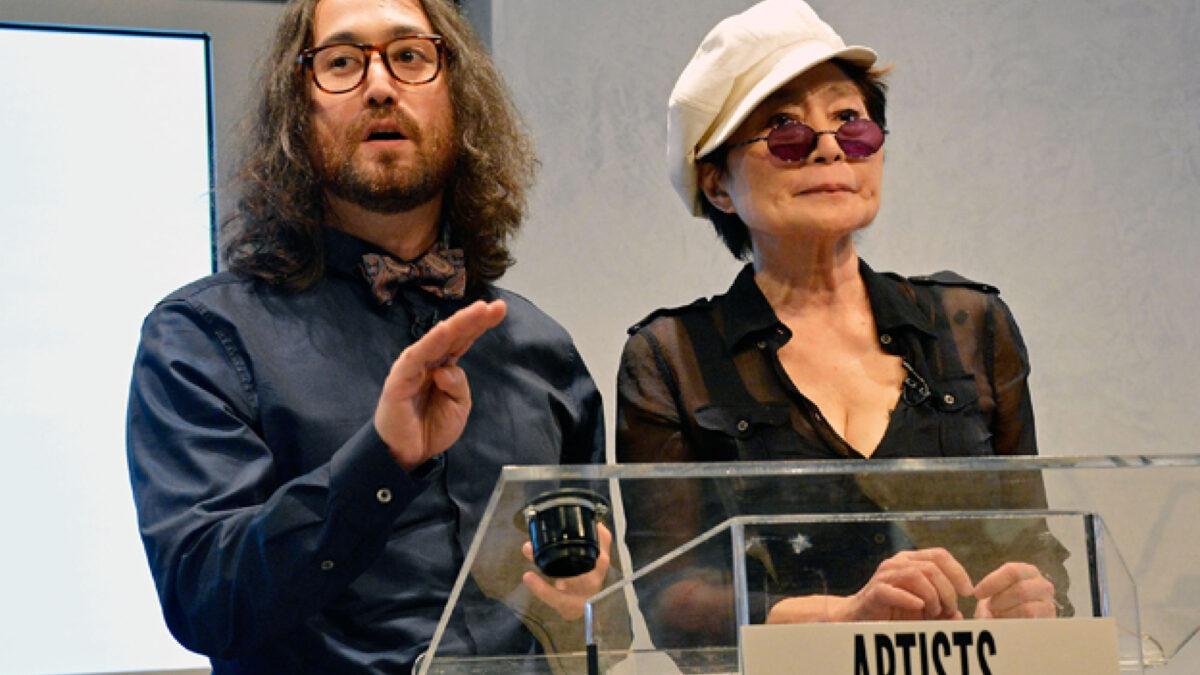 Yoko Ono entrega sus millonarios negocios a su hijo