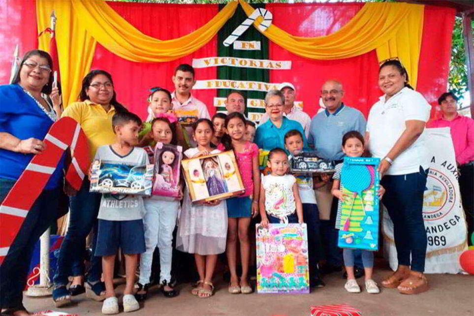 Niñas y niños reciben lindos juguetes en León