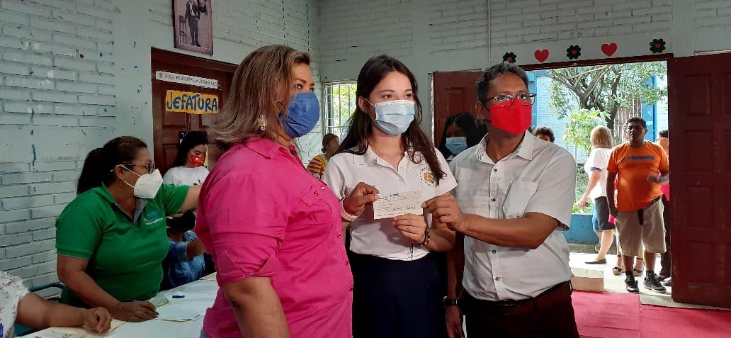 Más de mil bachilleres reciben su bono en el distrito dos de Managua