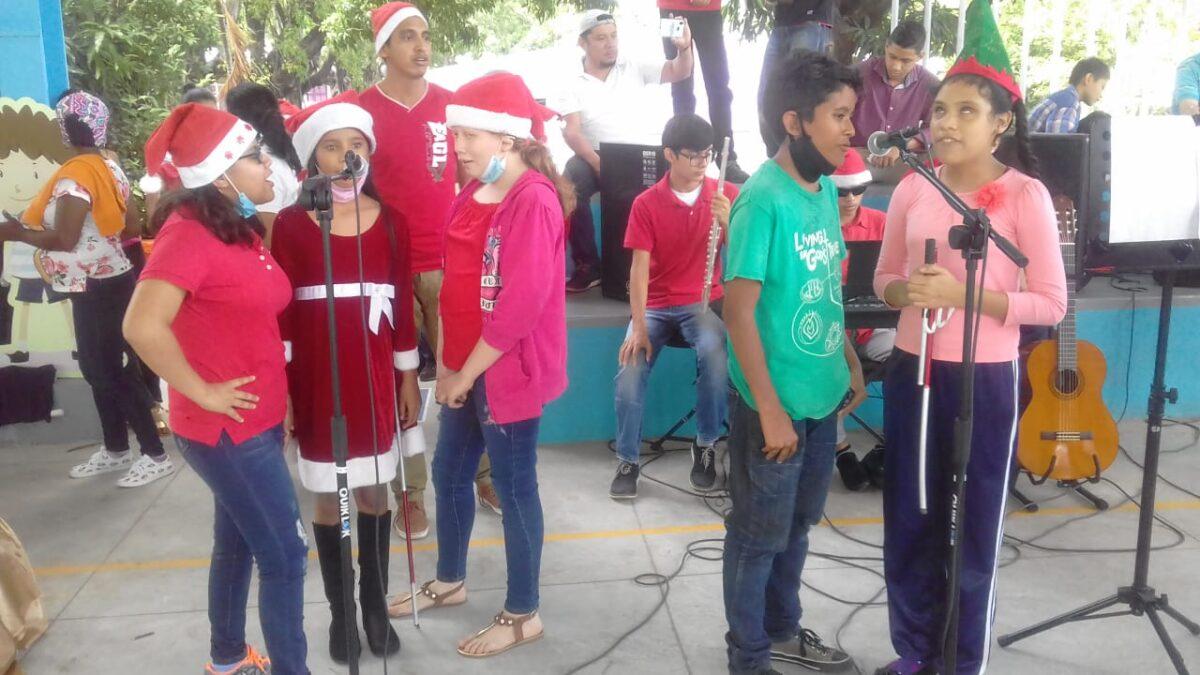 Estudiantes con discapacidad realizan concierto navideño