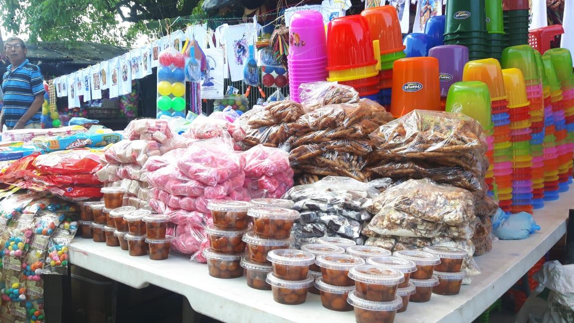 Así luce el mercado central de Chinandega con productos alusivos a la Purísima