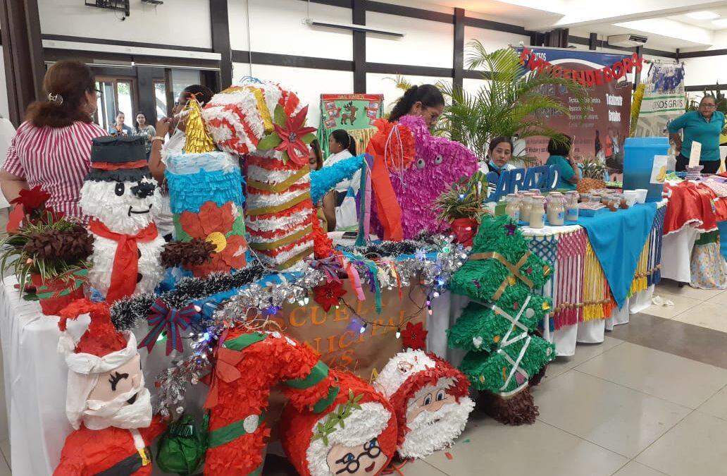 Emprendedores de escuelas de oficio participan en Expo Feria