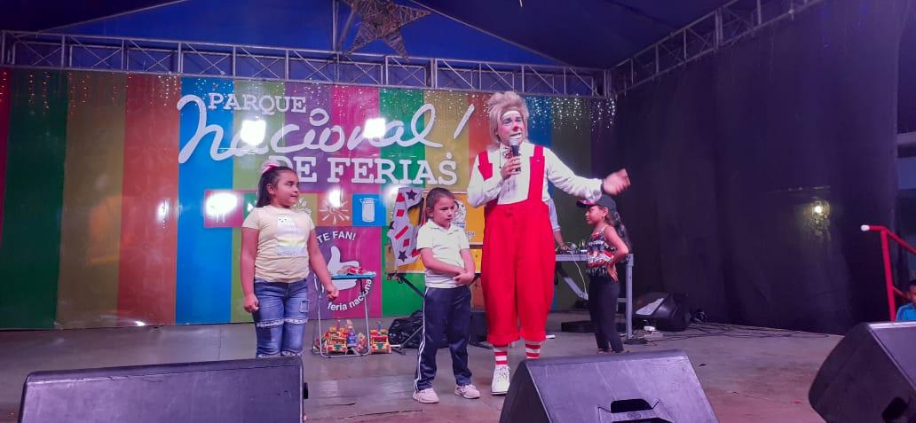 Familias se divierten con el show de payasos, en el Parque Nacional de Ferias