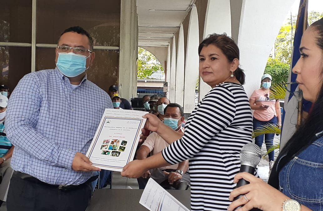 Entregan títulos de propiedad a retirados del Ejército de Nicaragua