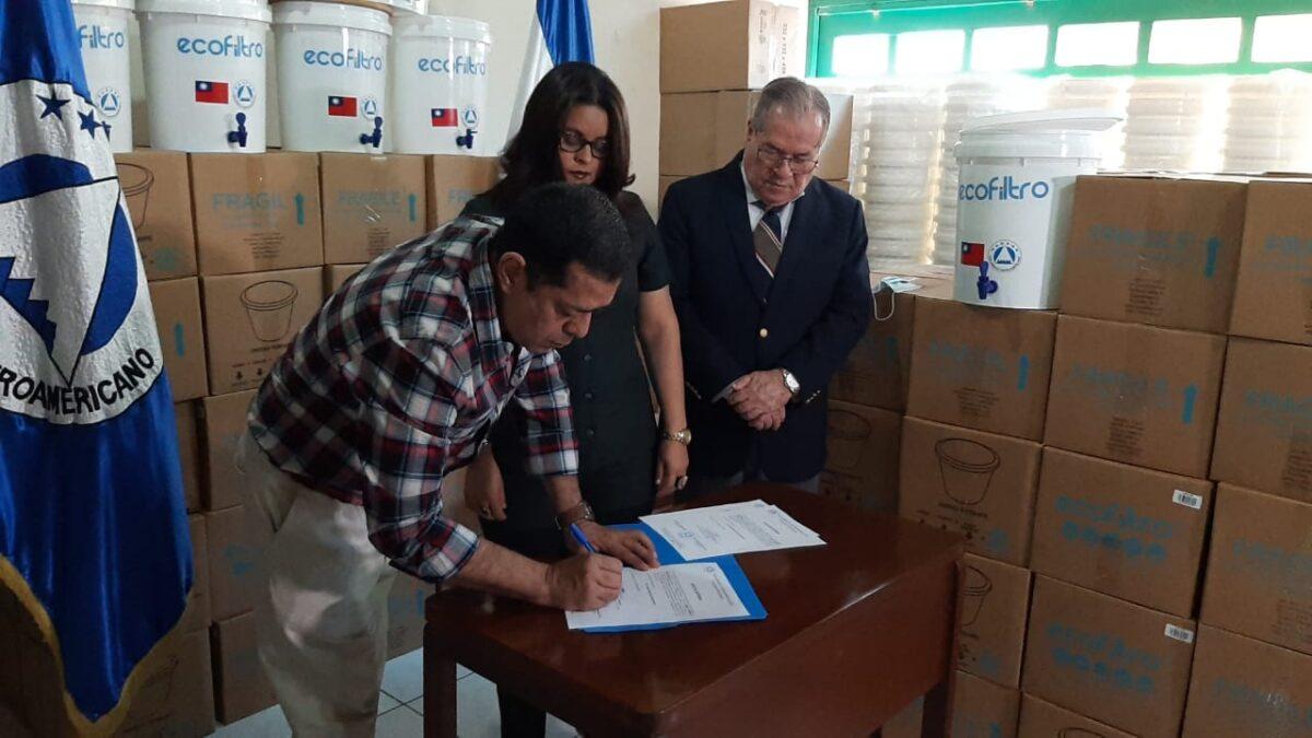 Entregan donativo de ecofiltros para afectados por los huracanes