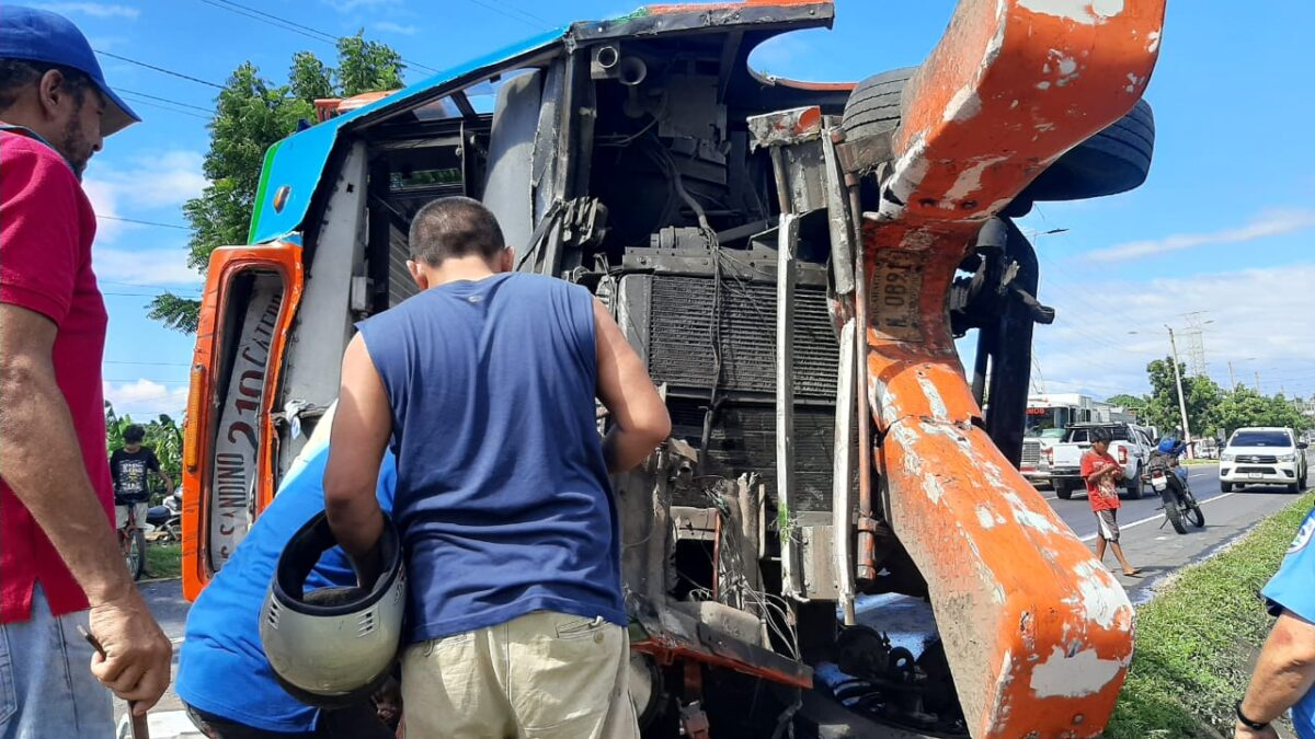 Autobús de la ruta 210 de Ciudad Sandino se vuelca con pasajeros