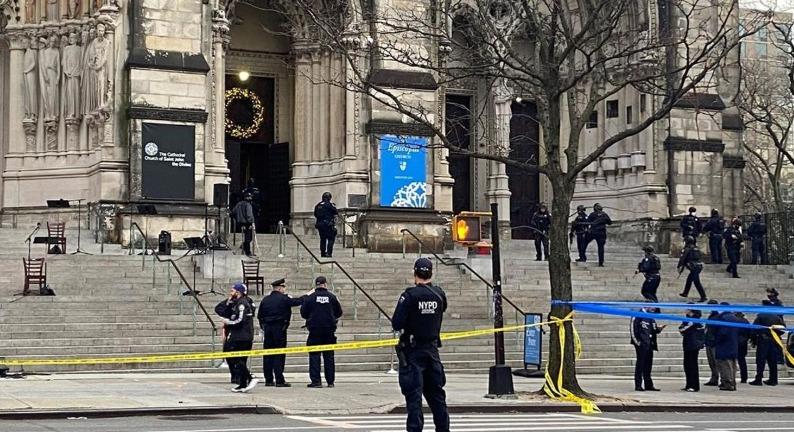 Policía de Nueva York detiene a un hombre armado que abrió fuego cerca de una iglesia