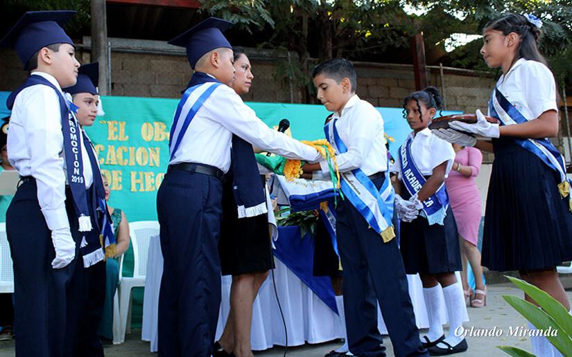 Continúan promociones y entrega de juguetes en los colegios públicos