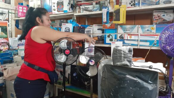 Comerciantes ofertan artículos para sofocar el calor en verano