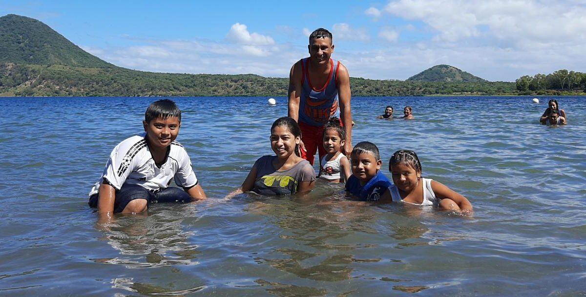 Familias nicaragüenses despiden vacaciones en Xiloá