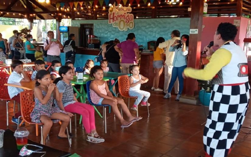 Niños se recrean con actividades en la sorbetería La Hormiga de Oro