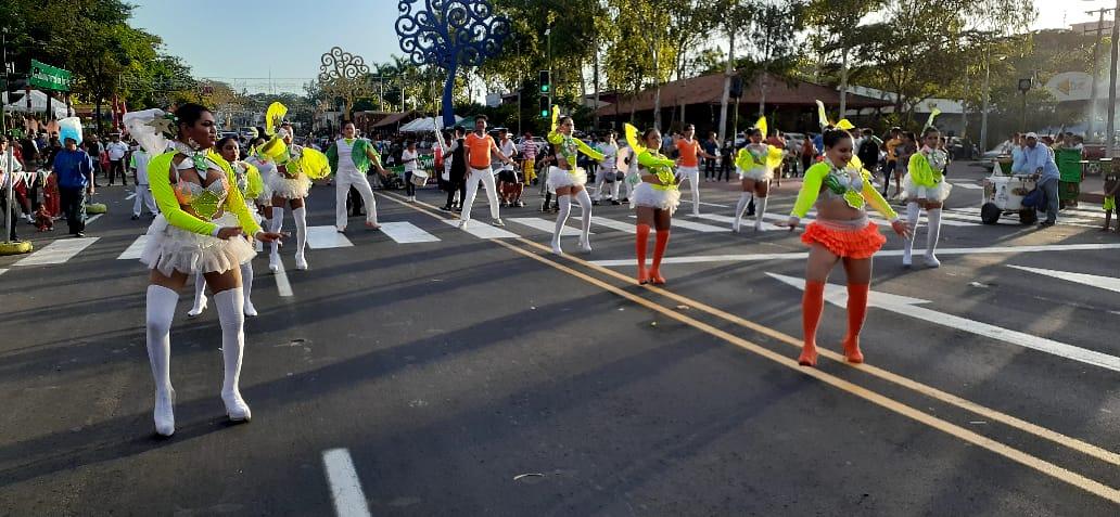 Organizan colorido carnaval de comparsas por el nuevo año