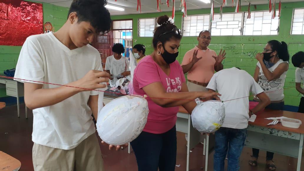 Estudiantes participan de reforzamiento escolar y actividades en su centro educativo