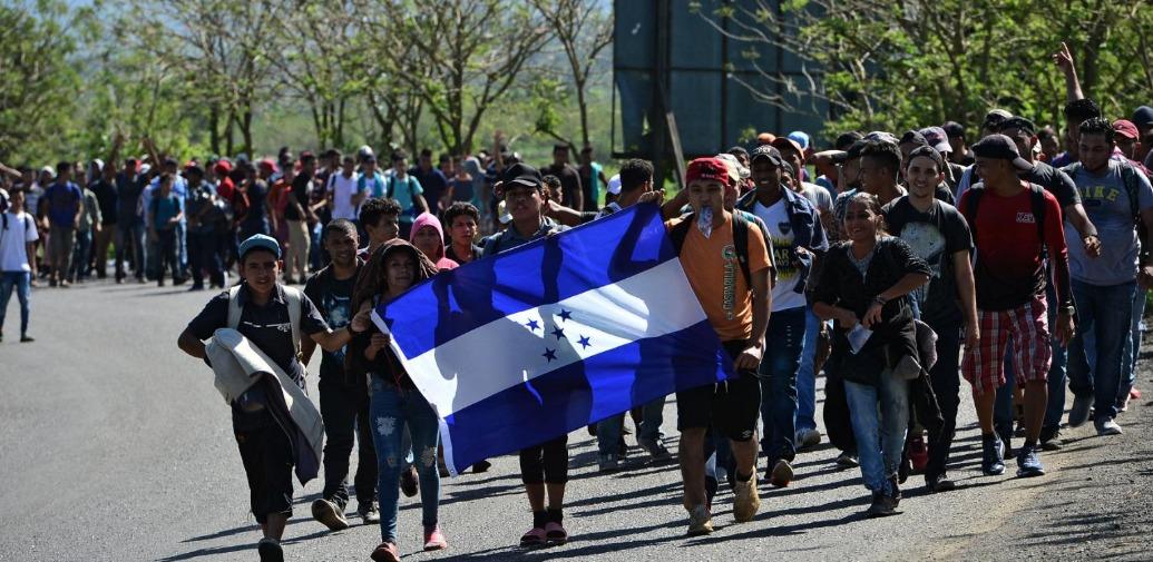 Caravana de migrantes parte desde el norte de Honduras hacia EE.UU.
