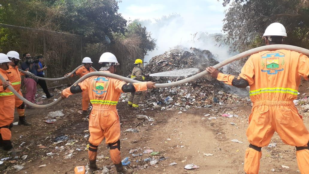 Bomberos y brigadistas realizan extinción de incendio en basurero