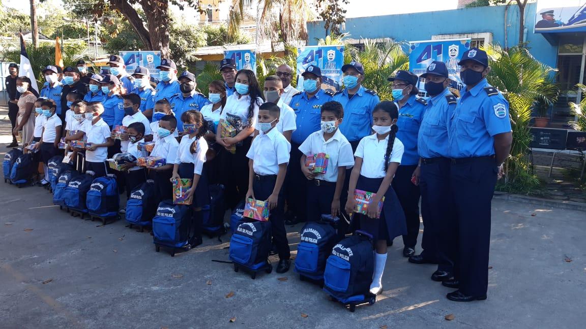 Entregan útiles escolares a hijos de policías en Chinandega