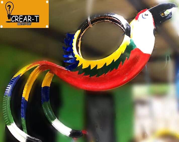Joven emprendedor trabaja hermosos diseños con llantas de hule