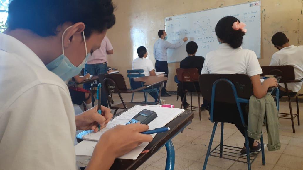 Estudiantes participan en reforzamiento para elevar aprendizaje de asignaturas