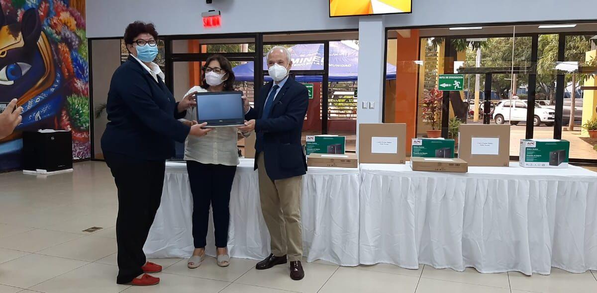 Embajada de Chile dona computadoras a dos escuelas nicaragüenses