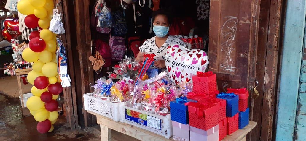 Variedad de artículos vistosos se ofertan para el día de San Valentín