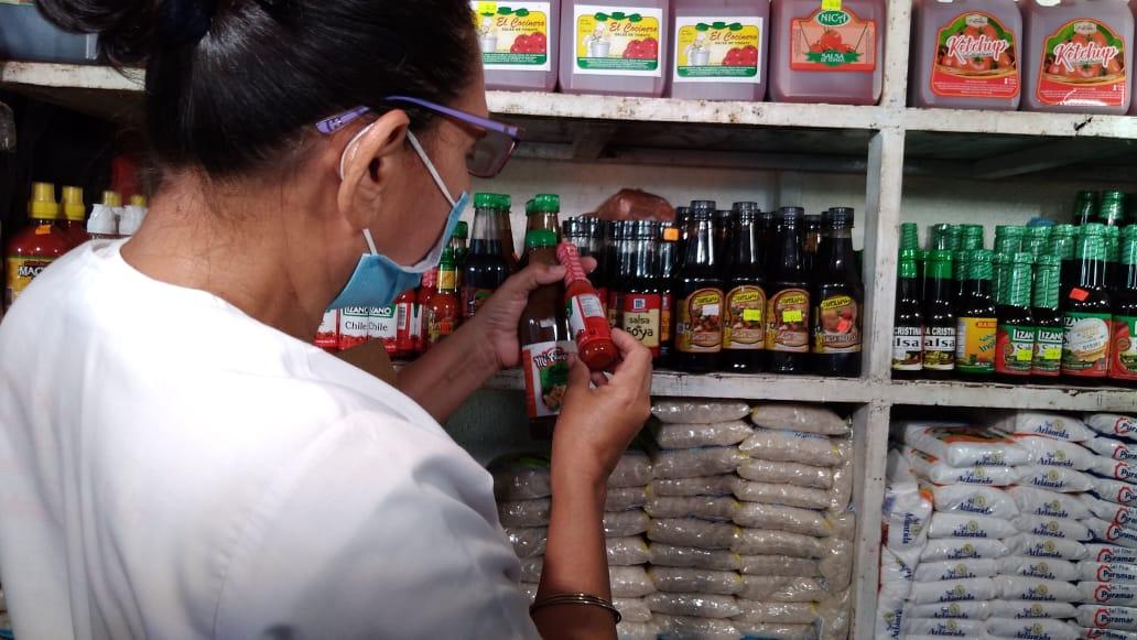 Higienistas inspeccionan fechas de vencimiento de los alimentos en el mercado Israel Lewites