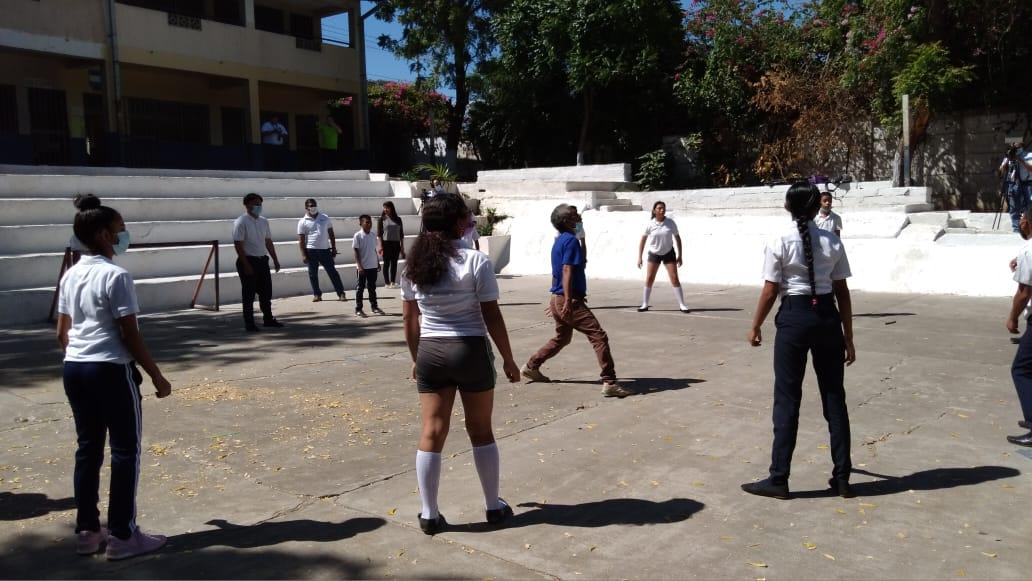Promueven entre los estudiantes practicar voleibol y fútbol sala