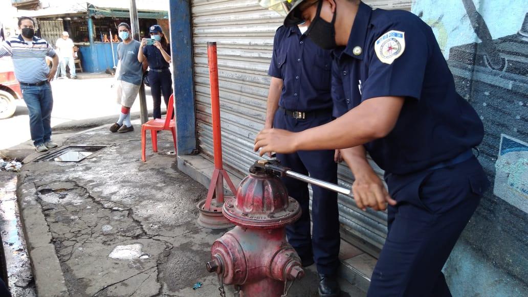 Inspeccionan funcionamiento de hidrantes en el mercado Oriental