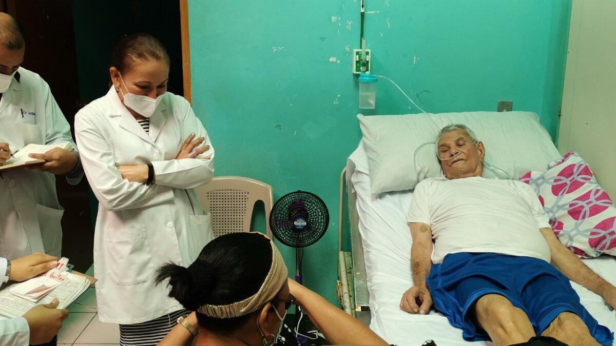 Doctora Sonia Castro sostiene dialogo con pacientes del hospital de Ocotal