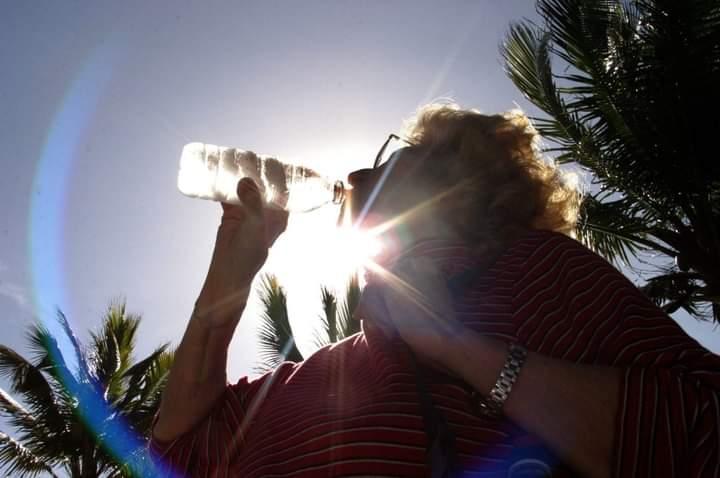 Recomiendan tomar abundante agua y usar ropa fresca ante el calor