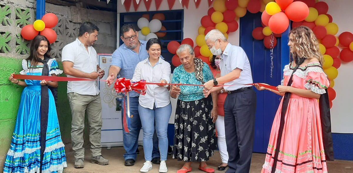 Anciana recibe casa nueva en el barrio Jorge Dimitrov