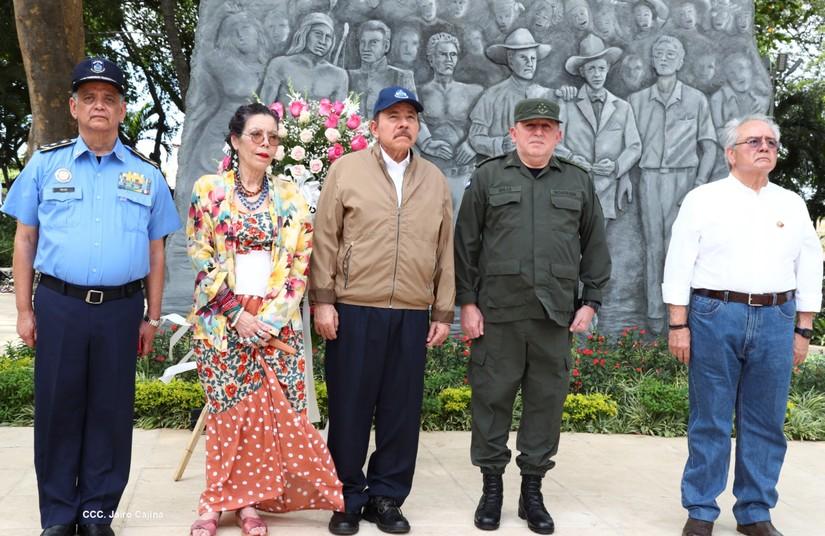 Presidente Daniel y Vicepresidenta Rosario, depositan ofrenda floral al General Sandino