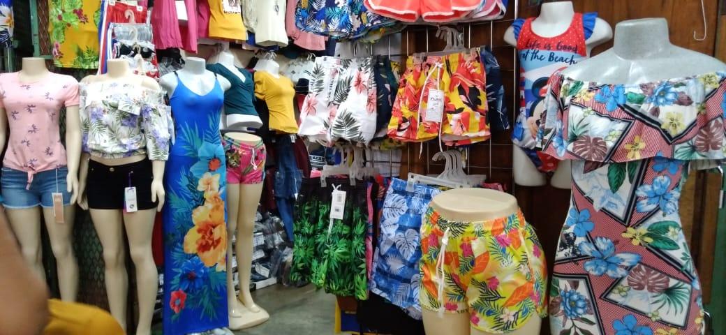 Amplia variedad de ropa playera en los mercados populares