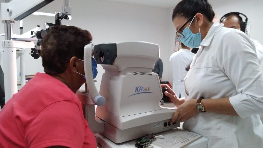 Amplia afluencia de pacientes en feria de salud visual gratuita
