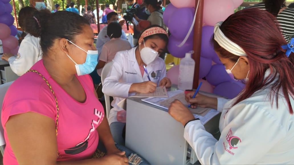 Mujeres conmemoran su día con atención médica para promover salud