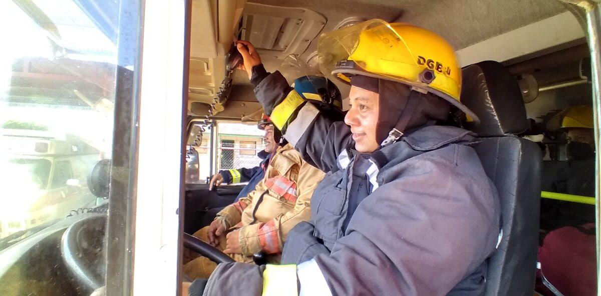Dayra Lazo, la primera mujer bombera en conducir camión contra incendios