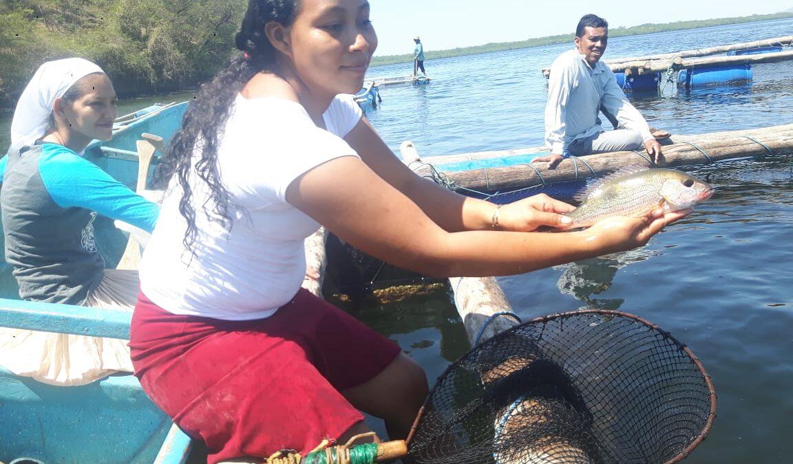 Mujeres nicaragüenses demuestran sus habilidades en la pesca