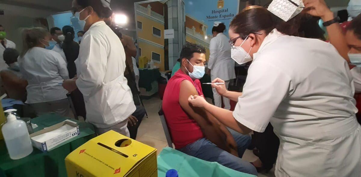 «No hay que temer a la vacuna», aconsejan inmunizados contra la Covid-19