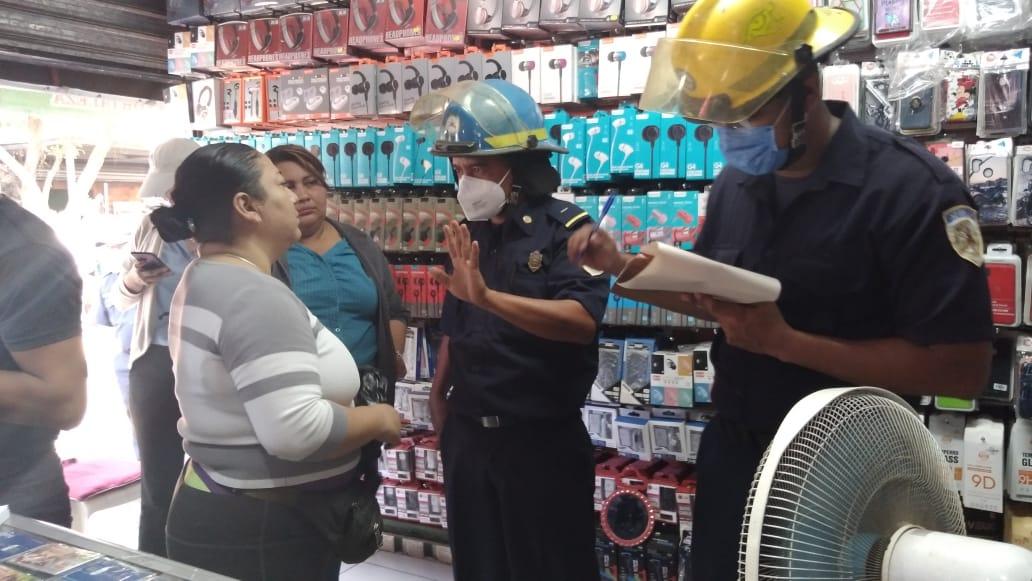 Bomberos revisan sistema eléctrico a tramos del mercado Mayoreo