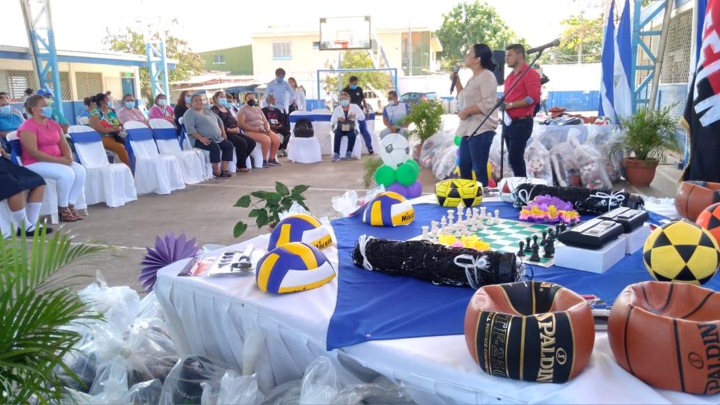 Mined entrega utilaje deportivo para Juegos Escolares
