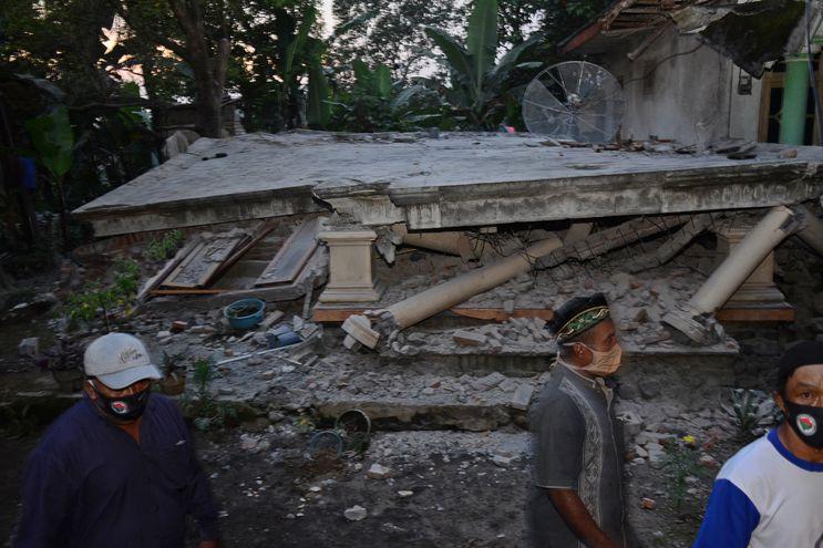 Fuerte sismo deja varios muertos y heridos en Indonesia