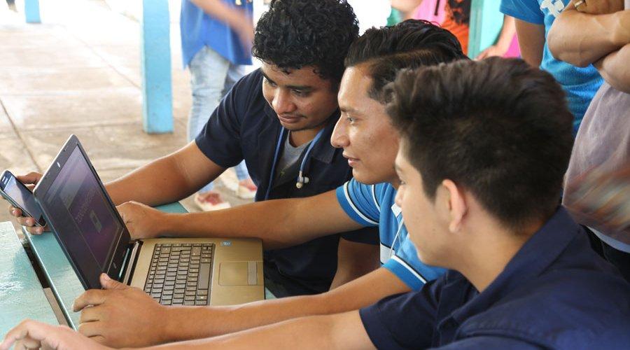 Estudiantes universitarios exponen sus proyectos en Festival de Creadores Digitales