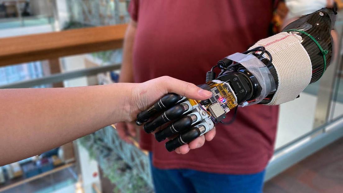 Desarrolladores crean una mano robótica con inteligencia artificial