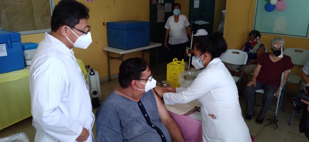 Avanza vacunación voluntaria contra la Covid-19 en los hospitales y centros de salud