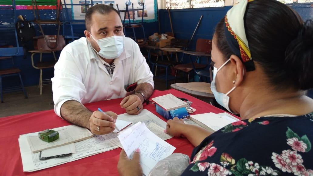 Habitantes del barrio 14 de Junio reciben atención médica a través de las clínicas móviles